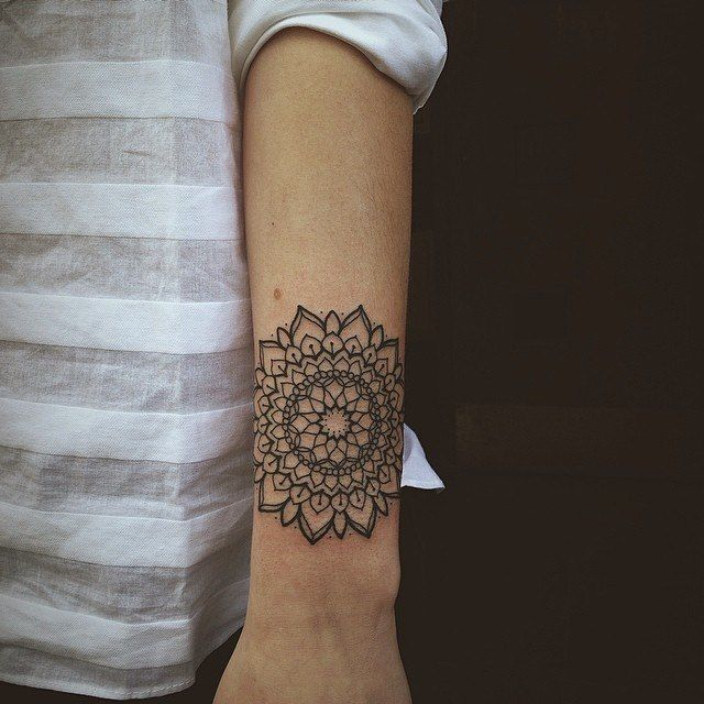 geometric tattoo tatouage mandala linework sur avant bras femme your. Black Bedroom Furniture Sets. Home Design Ideas